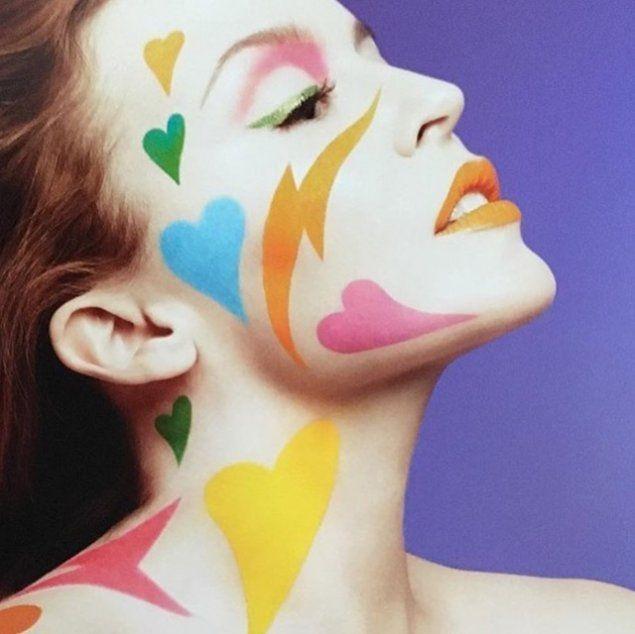 Labbra, occhi e capelli arcobaleno