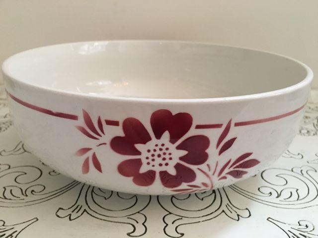"""La Petite Maison Rose - Brocante Servies en Woonaccessoires. Mooi Franse schaal met rode bloem décor """"Leandre"""". 23 cm diameter. 12,50 euro."""