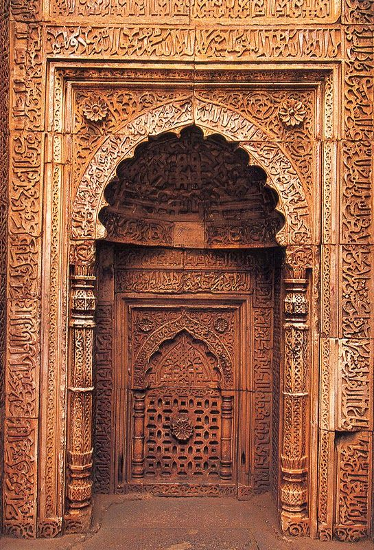 I CANT WAIT TO GO TO INDIA!!  Tombe du sultan Iletmish ; mosquée Qouat ul-Islam, Delhi, Inde
