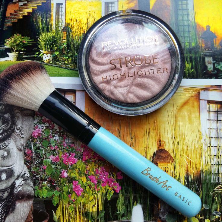 Pensulele BrushArt & iluminatorul Makeup Revolution - ambele îmi plac atât de mult, că nu mă pot lipsi de ele!  Pensulele sunt moi, fine, potrivite chiar și pentru ten sensibil. Ușor de folosit și ușor de curățat, tot ce am nevoie pentru uz zilnic. Iluminatorul este fin, pigmetat, cu aspect natural. Excelent pentru uz personal, în machiajul de zi cu zi. Are o textură fină, e simplu de aplicat, extrem de potrivit pentru a accentua anumite trăsături ale feței.