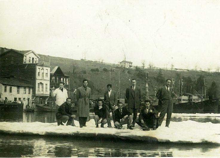 Boğaza Karadenizden buzların geldiği 1950 li yılların ortalarında İstnye koyunda Tersane personeli buzların üzerinde.  Hüseyin Denizci'den İSTİNYELİLER-3 Albümü - Hüseyin Denizci - Picasa Web Albümleri