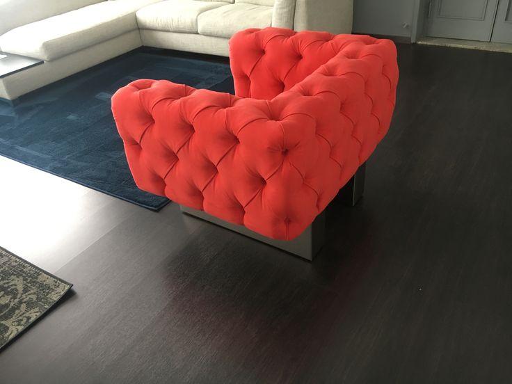 Poltrona Chester su disegno rivestita in microfibra colore rosso da Tino Mariani. http://www.tinomariani.it
