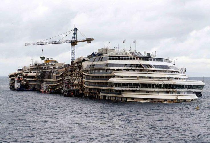 Abgewrackt: Die Costa Concordia, die am Abend des 13. Jänner 2012 vor der Insel Giglio bei einem riskanten Manöver einen Felsen gerammt hat, darf zum Hafen Genua abtransportiert werden. Bei dem Unglück waren 4.229 Menschen an Bord, 32 starben. In Genua soll das Schiff endgültig verschrottet werden. Mehr Bilder des Tages: http://www.nachrichten.at/nachrichten/bilder_des_tages/cme10133,1098440 (Bild: Reuters)