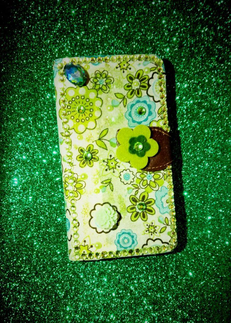 💚Per Isabel che ha scelto il verde come tema dominante....stoffa patchwork a fiori e un punto luce in cristallo smeraldo....grazie per aver scelto una creazione CreaCi💚 #creaCi #colcuore #handmade #coverpersonalizzate #fantasy #creation #creativity #patchwork #crystal #swarovski #flowers #sonye4dual