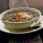Su Sale&Pepe la ricetta della zuppa di lenticchie al profumo di cumino e limone, un piatto caldo e sostanzioso, arricchito da aromi originali.