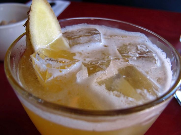 Ecco un fresco e frizzante cocktail rigorosamente analcolico, dal sapore unico dato dall'ananas e dallo zenzero; è perfetto per le feste dove ci sono bambini e ragazzi