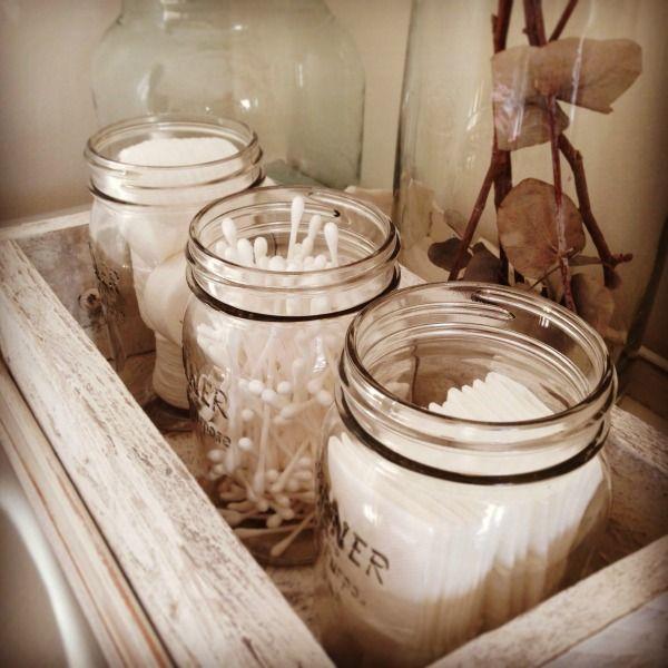 Glazen potten voor handige cosmetica attributen. Op een houten blad