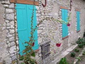Yèvre-le-Châtel - Casa in pietra con le persiane blu turchese e malve