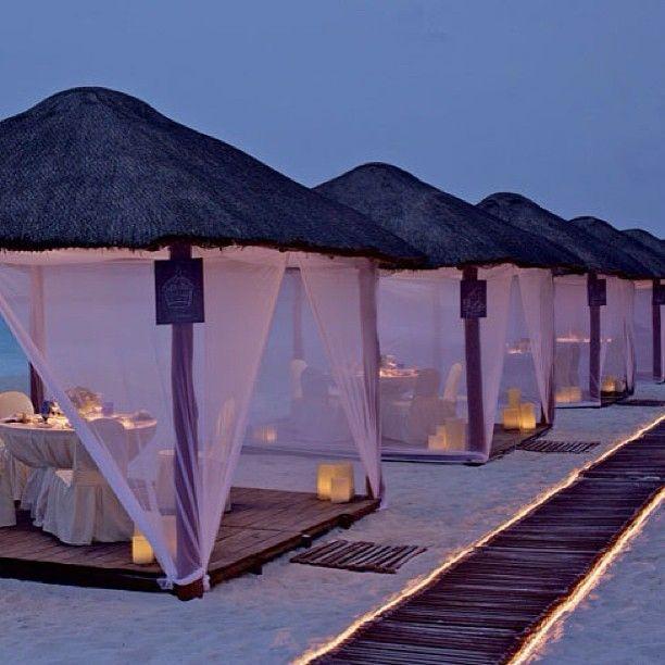 А вам хотелось бы сейчас туда? #пляж #море #вечер #рай #песок #огни #бунгало #свет #свечи #берег #романтика #beach #sea #bungalow #light #romance #sand #fire #candles #paradise #evening