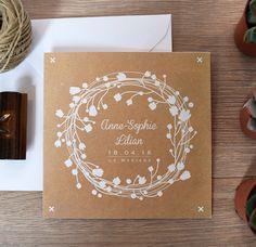 faire part mariage nature kraft format carte double carré avec couronne de fleurs et feuilles blanches fond kraft et style bohème champêtre