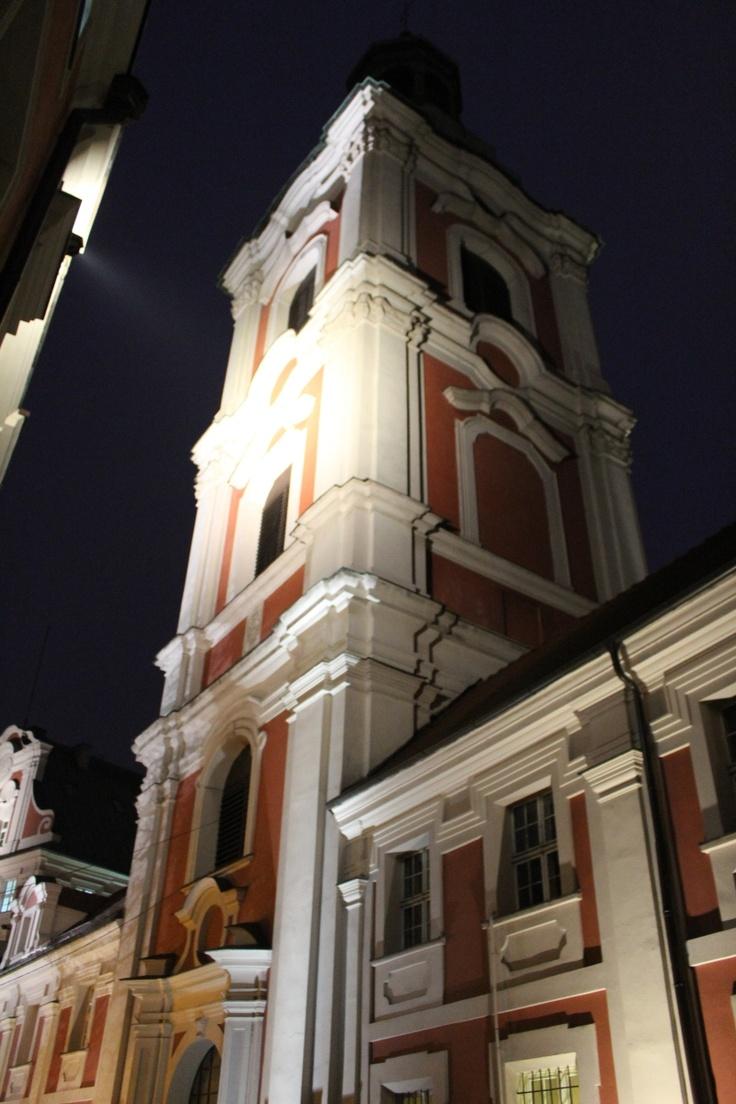 Widok na dzwonnicę przy kościele farnym - ul. Gołębia.
