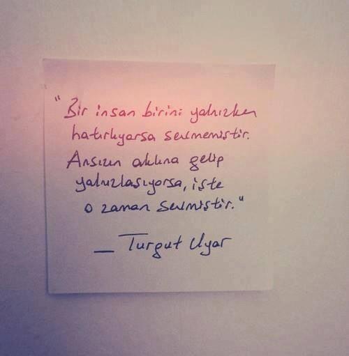 Bir insan birini yalnızken hatırlıyorsa sevmemiştir, Ansızın aklına getirip yalnızlaşıyorsa, işte o zaman sevmiştir. - Turgut Uyar #şiir #turgutuyar