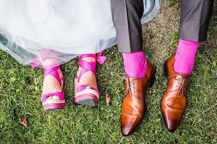 Roze bruidsschoenen en sokken, Bruidsfotografie, Bruidsreportage, Bruidsfotograaf | Dario Endara