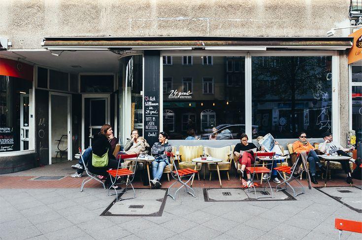 Das grünste urbane Fleckchen Deutschlands mit einem Stadtwald, gegen den der Central Park wirkt wie die begrünte Insel eines Kreisverkehrs. Ein Traum für Fahrradfahrer, in dem alle Wunschziele in etwa 15 Minuten entspannt erreicht werden können. Und immerzu Musik. Aus Gullideckeln, auf den Straßen, in kleinen famosen Clubs. Die Rede ist von… Hannover. Ha, damit …