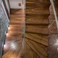 Vestíbulos, pasillos y escaleras de estilo por BRODA schody-dywanowe