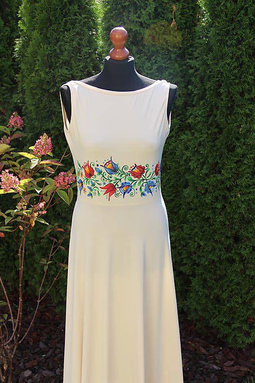 Farebné folk vzory na dlhých smotanovo-béžových šatách...