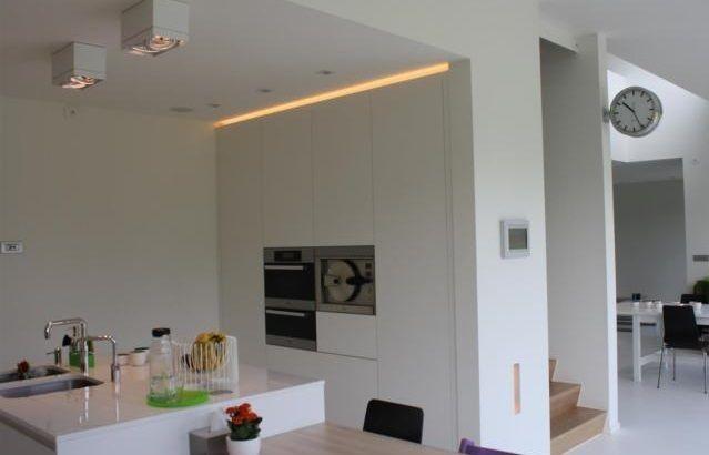 Keuken • modern • wit • ingebouwde oven • plafondverlichting • keukeneiland • Architect: Daan Van Troyen