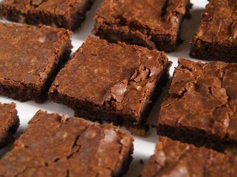 Katharine Hepburn'un Brownie Tarifi- Özel bir pasta veya tatlı tarifi arıyorsanız daha uygun ve lezzetli bir tarif bulamazsınız. Zira bu hikayesi olan bir tarif, ünlü aktrist Katharine Hepburn'a ait ve kesinlikle yediğim en lezzetli brownie. Tam olması gerektiği gibi yoğun çikolatalı ıslak bir dokusu var ve çok az un içeriyor.
