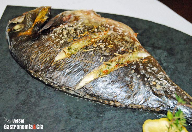 Receta de dorada al horno, fácil y rápida de preparar, ideal para cualquier día de la semana. Es un pescado económico y sabroso que podemos aromatizar con tomillo, romero, ajo y limón. Elaboración paso a paso con fotos.