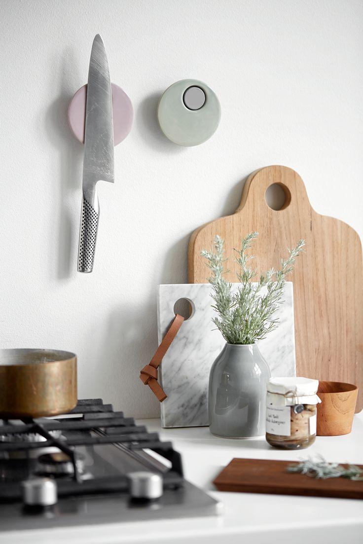Smukke keramiske knivmagneter Magna i porcelæn fra Kähler. Magna keramikmagneterne fra Kähler tilfører design og charme til køkkenet.