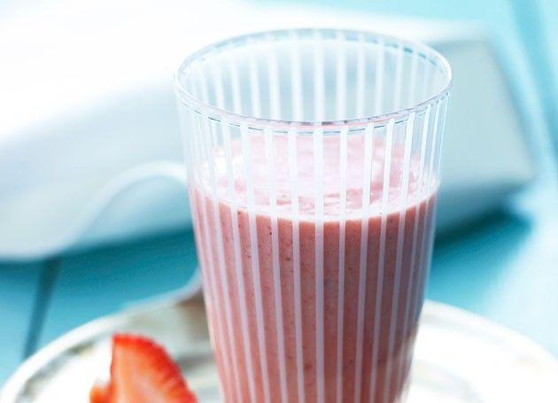 jordbærsmoothie med rips i glass