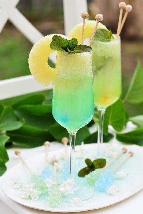 Mentás ananászkoktél Rocca kandiscukor pálcával. A receptet itt találod:http://kifoztuk.hu/receptjeink/alkoholos-alkoholmentes-italok/item/mentas-ananaszkoktel