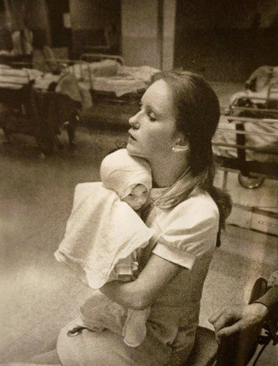 38年前,才三個月大的亞曼達‧斯卡皮那提被嚴重灼傷,但當時僅21歲年輕護士蘇珊‧柏格,滿臉呵護抱著她的數張黑白照片,撫慰了她的受傷心靈。 (美聯社)