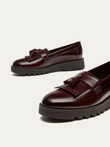 Massimo Dutti's Autumn/Winter 2017 shoes for girls. Discover the collection of leather trainers, flats, loafers or ankle boots for cosmopolitan girls.
