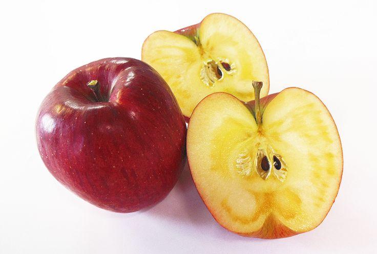 「あいかの香り」 長野県長野市の「藤牧秀夫さん」のりんご園で「ふじ」+「つがる」の自然交雑実生から生まれた品種です。 名前の由来は藤巻さんの長女「愛佳さん」の名前から、名付けられたものです。 蜜が霜降り状に入っていて、とても甘くジューシーな味わいの、大玉のりんこです。