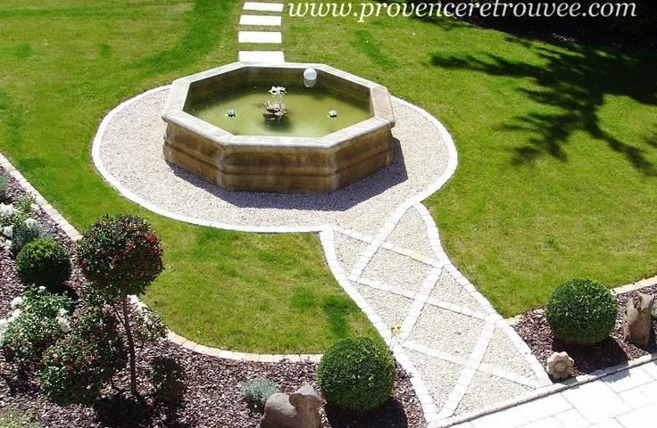 Bassin de fontaine octogonal en pierre taillée vieillie. Diamètres extérieur allant de 170 cm à 350 cm.