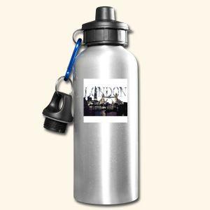 Drikkeflaske Drikkeforsyningen du trenger på ethvert eventyr. Takket være karabinkroken kan du feste drikkeflasken til klærne eller ryggsekken, slik at den alltid er klar til bruk.  To lukkemuligheter: Sugelokk med deksel for rask åpning og lukking, eller skrukork med stor hank  Karabinkrok for enkel festing av flasken  Kapasitet: 600 ml  Materiale: Aluminium  Ikke egnet for kullsyreholdig drikke  Obs: Avhengig av produsenten kan det leveres forskjellige lokk til det samme produktet.