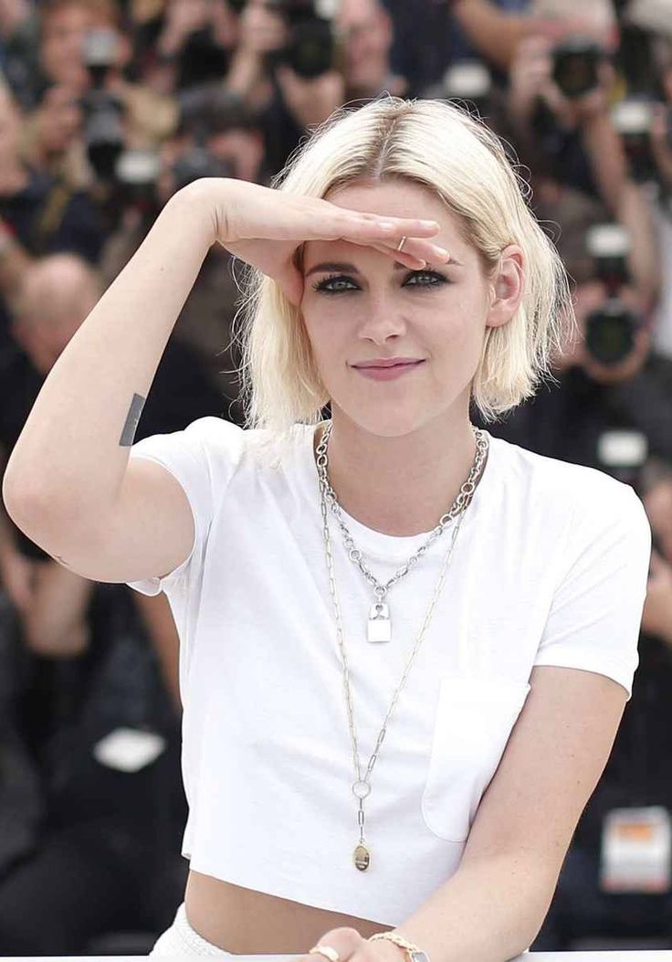 LOVE Kristen Stewart's style, especially those necklaces!