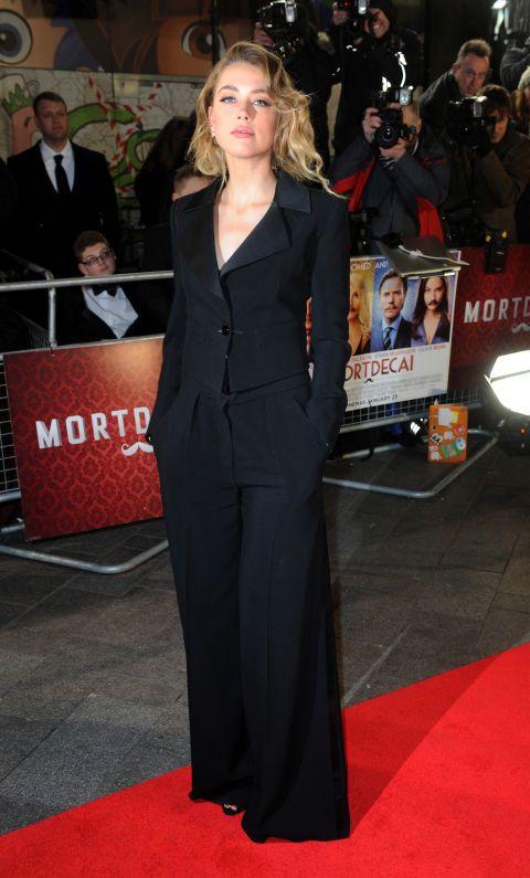 Alla presentazione del film Mortdecai del suo fidanzato Johnny Depp, Amber Heard ha dato uno scossone alla sartoria maschile. Si è presentata con un pantalone gamba larga, una giacca con ampio scollo, i capelli lasciati sciolti e selvaggi e un trucco naturale appena accennato. Noi vorremmo sempre vestirci così!  -cosmopolitan.it