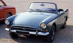 La Sunbeam Alpine de 59, cette voiture de collection fut construite de 1959 à 1968, la Sunbeam Alpine de 1959 mesure 1.54 mètres de large, 3...