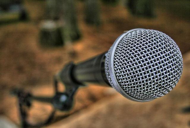 Hemos oído tantas veces hablar de pánico escénico que nos parece normal sentir miedo a hablar o actuar en público. Fijarse en personas de éxito y visualizarse en su piel, practicar el discurso o aprender técnicas de relajación, ayuda a superar este miedo. A continuación te ofrecemos más herramientas para superar el miedo a hablar en público.