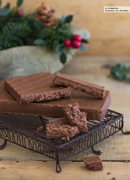 TURRÓN DE CHOCOLATE. Ingredientes: 300 g de chocolate de cobertura o repostería con leche, 125 g de praliné de avellana o en su defecto Nutella, 100 g de arroz inflado chocolateado Elaboración: Derretiremos la cobertura de chocolate. En un bol disponemos el praliné y añadimos el chocolate derretido. Mezclamos. Añadimos con cuidado el arroz inflado. Vertemos en los moldes de turrón. Tapamos con film transparente y dejamos cristalizar dos horas como mínimo en la nevera.
