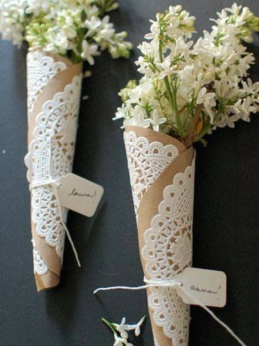 I love this brown paper, doilies & string with flowers to put on the table as decoration.