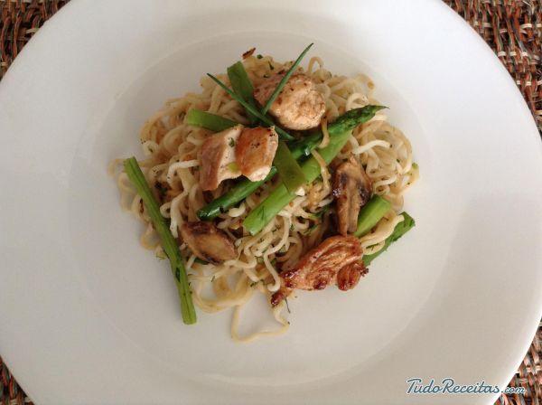 Miojo com frango e legumes: fácil, rápido e gostoso! Conheça a receita, clique na imagem!
