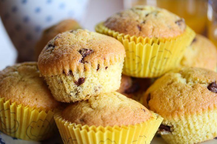 Solobrus gir herlig, mild appelsinsmak i disse muffinsene! Kjempegodt med sjokoladebiter i muffinsene også. Dette er muffins som er superpopulære hos barn!