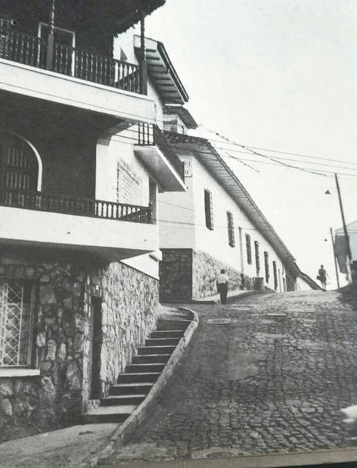 La famosa CALLE DE LA ESCOPETA K 2 CALLE 4 BIS la casa de la izquierda fue el antiguo S.I.C servicio de inteligencia Colombiano después D.A.S