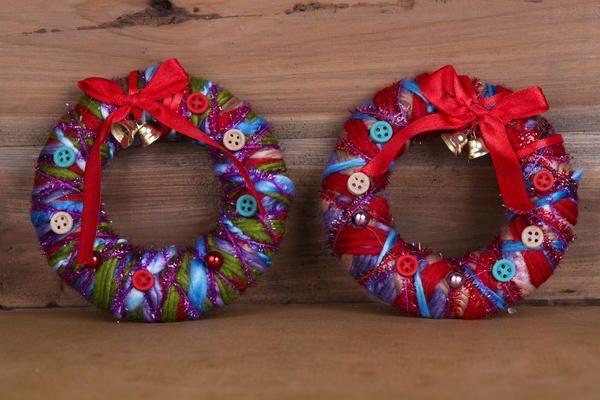 Рождественские венки из обрезков ярких тканей, мотков пряжи, больших пуговиц и лент