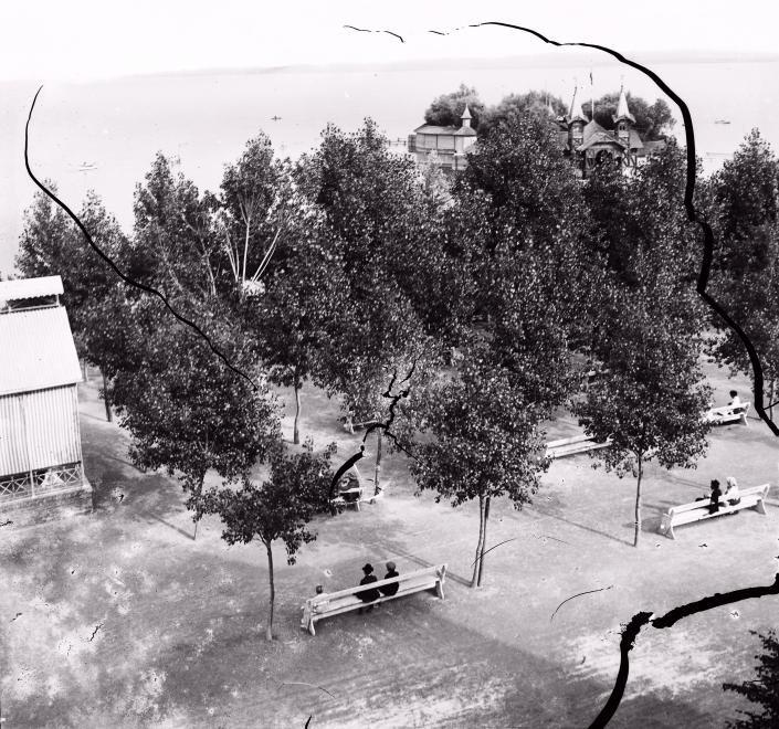 Balaton-part, jobbra a Sziget-strand.