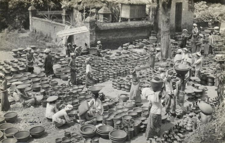 indonesia, BALI, Native NUDE Girls at the Market, Pottery (1930s) RPPC - Delcampe.net