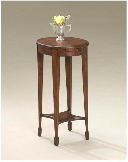 El diseño suntuosa sobre la mesa, elaborado a mano,se apoya en cuatro patas elegantemente  unidos por una camilla, incluye un pequeño estante inferior. Construido a partir de la madera y sus productos sólidos en un regio acabado.