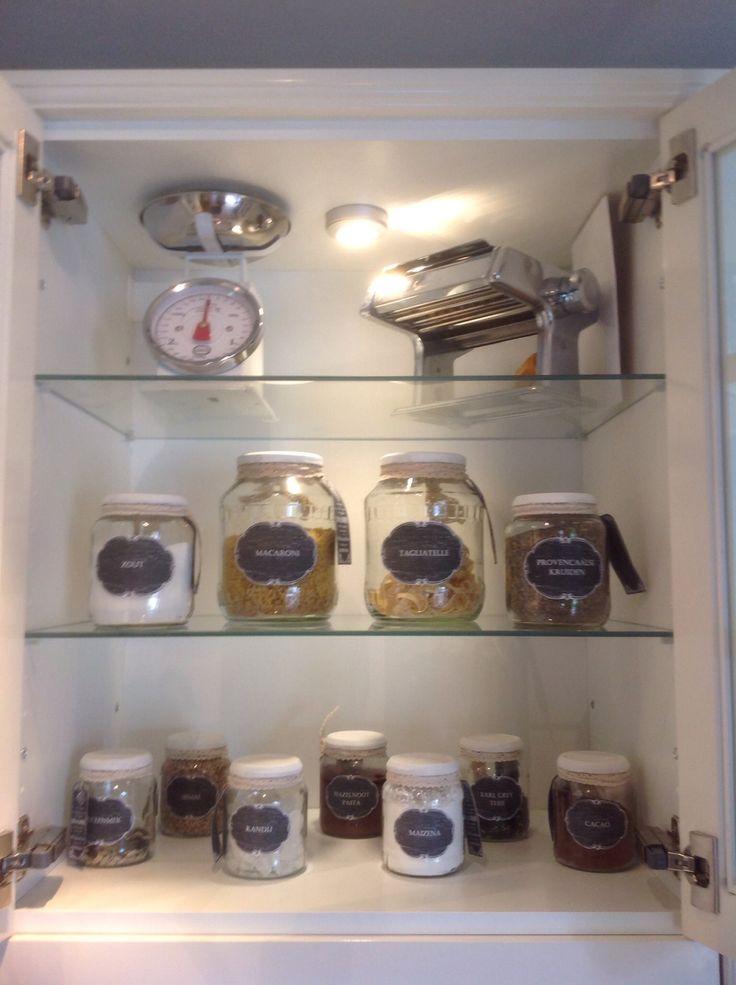 Glazen potjes met zelfgemaakte etiketten, krijtverf deksels en een kanten lintje voor alle voorraad in de keuken. We hebben potjes voor suiker, bloem, pasta, cacao, kruiden, paneermeel, rijst, etc, etc, etc
