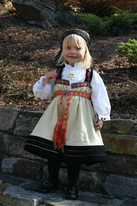 Traditional Norwegian folk costumes - Page 4 a sma jente in a Killer Bunad!!!!