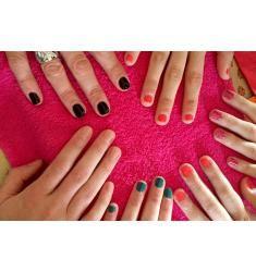 Beauty Party : Pose de vernis & French manucure, Apprenez pas à pas les bons gestes de manucure, entre copines, grâce à une esthéticienne qui prendra soin de vos ongles le temps d'une fête.