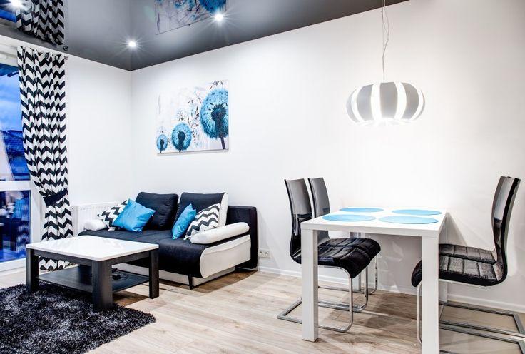 Kącik jadalniany umieszczony w strefie salonowej. Dzięki osobnemu oświetleniu tworzy własną przestrzeń.