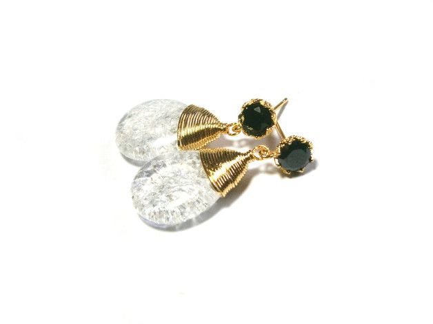 **Ohrringe Bergkristall** mit Bergkristall-Crash-Tropfen, umwickelt mit Golddraht und an vergoldete Ohrstecker mit schwarzen Markenkristallen (österr. Manufaktur) montiert. Die Ohrringe sind insg....