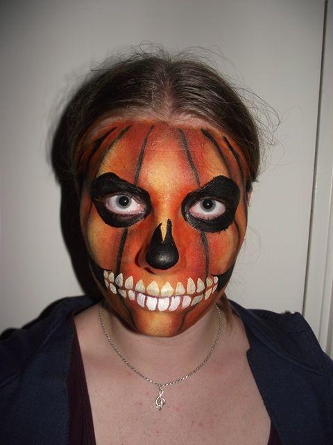 Vul de vlakken in met zwarte schmink en schmink de tanden met wit. Ik gebruik mijn bovenlip en onderlip als richtlijn.